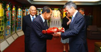 Former Minister for Foreign Affairs and Trade, Stephen Smith presents a gift to Professor Praphan Phanuphak, then TACHIN Co-Director. Image Credit: Flickr (DFAT) Creative Commons.