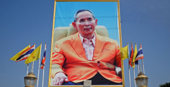 A portrait of His Majesty the King at the entrance gate of the park built to celebrate His 5th cycle birthday anniversary in 1987. Photo Source: (Flickr) Adaptor- Plug. Creative Commons.