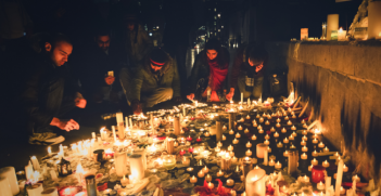 Candlelight vigil in London, UK for the victims of the terrorist attack. Photo Source: Wikimedia. Creatuve Commons.