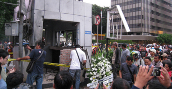 Damaged Police Box caused by suicide bomb attack in front of Sarinah Building, Jalan MH Thamrin. Location of Sarinah-Starbucks terrorist attack in Central Jakarta, 14 January 2016. Photo Source: Wikimedia