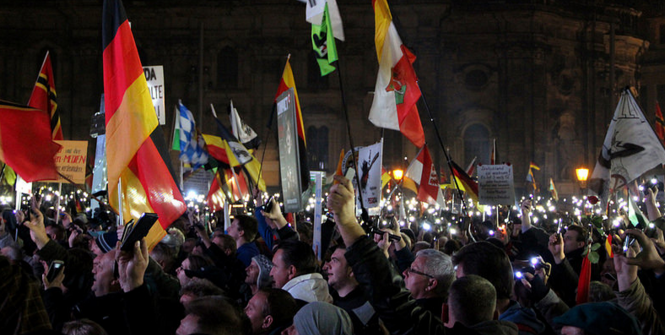 Jahrestag PEGIDA 2015. Photo Source: strassenstriche.net (Flickr). Creative Commons.