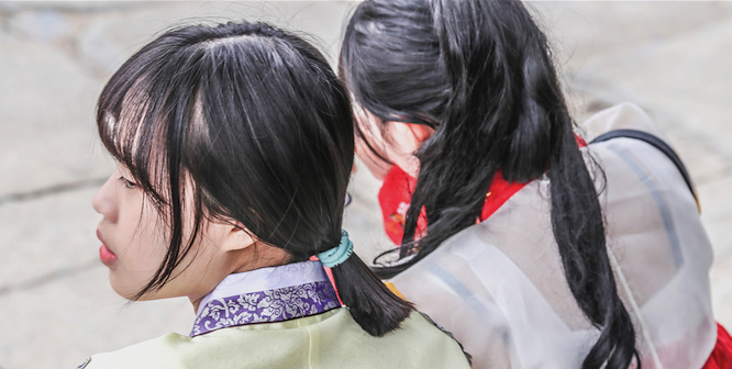 Korean women in traditional dress. Photo source: Bailey Cheung (Flickr). Creative Commons.