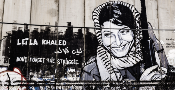 Graffiti by Vince Seven on the wall separating Israel and Palestine. Photo source: Edgardo W. Olivera (Flickr). Creative commons.