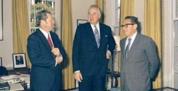 Mr Edward Gough Whitlam with Don Willesee (right) and Henry Kissenger (left), during tour of USA – Washington DC, 1974. Photo credit: NAA: A8746: KN12/11/74/33