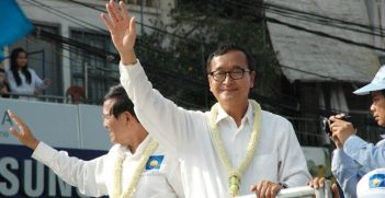 Sam Rainsy waving to protesters. Pic Source: Wikimedia Commons