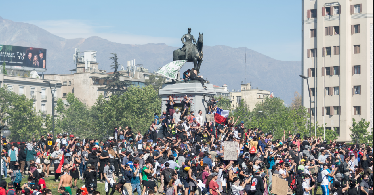 Protesters gather in Plaza Baquedano, Santiago on 22 October 2019. Photo: Carlos Figueroa, Wikimedia, https://bit.ly/2pVTIIf
