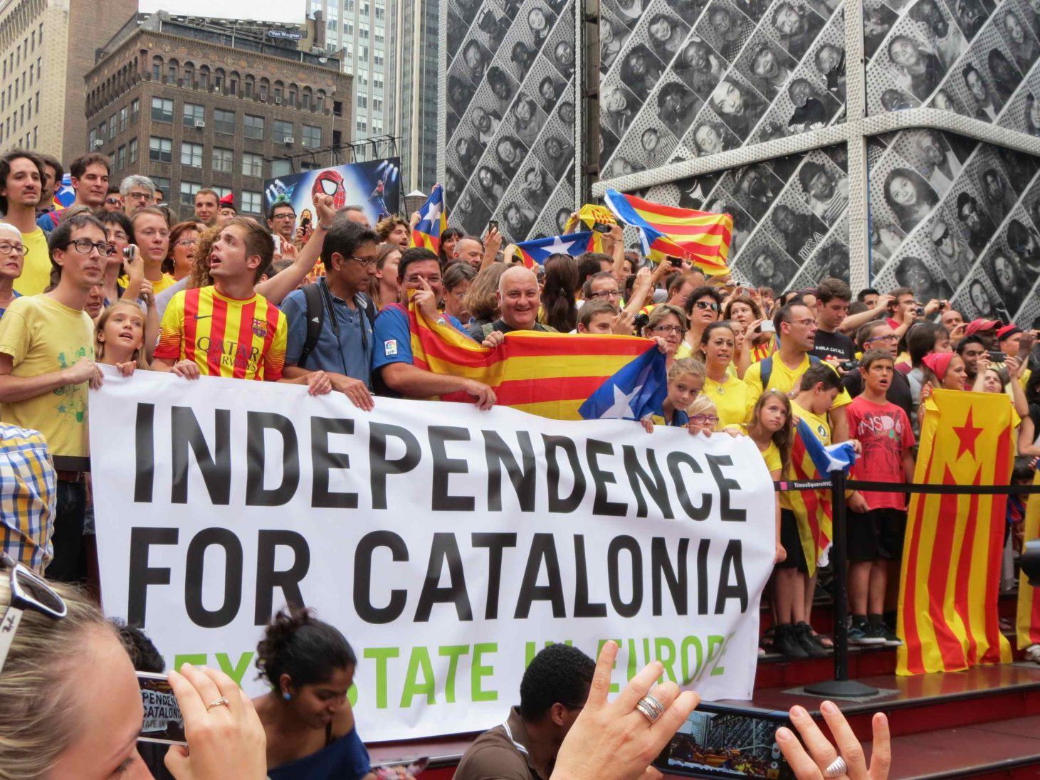Holding Hands For Catalan Independence NYC. Photo by Liz Castro, Wikimedia Commons.