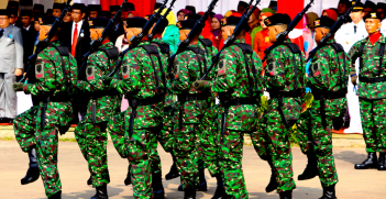 Indonesian army soldiers. Source:  https://bit.ly/2Qz0e2m