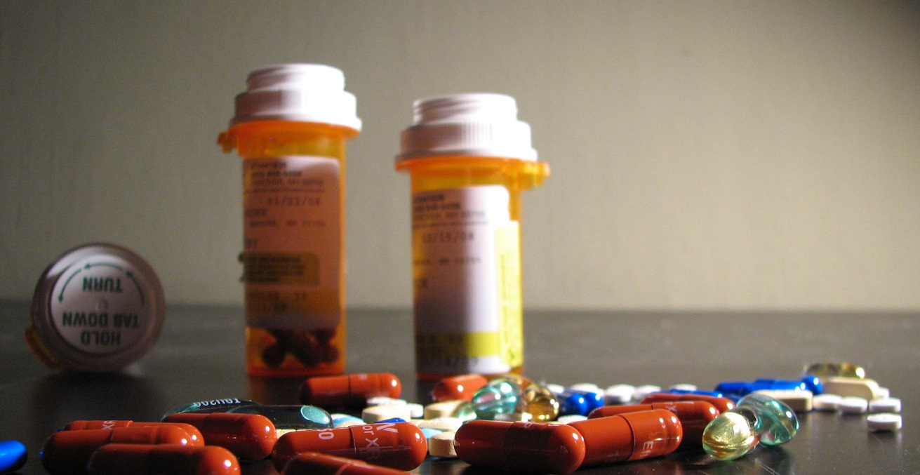 An assortment of drugs, including 150mg Effexor XR (by Wyeth Pharmaceuticals), 10mg dicyclomine (by Watson), 100 mg sertraline (generic), 25 mg Topamax (by McNeil), and 10 mg amitriptyline (generic) in addition to vitamin E gelcaps and some generic ibuprofen gelcaps. Source: LadyOfProcrastination https://bit.ly/3gftBC7