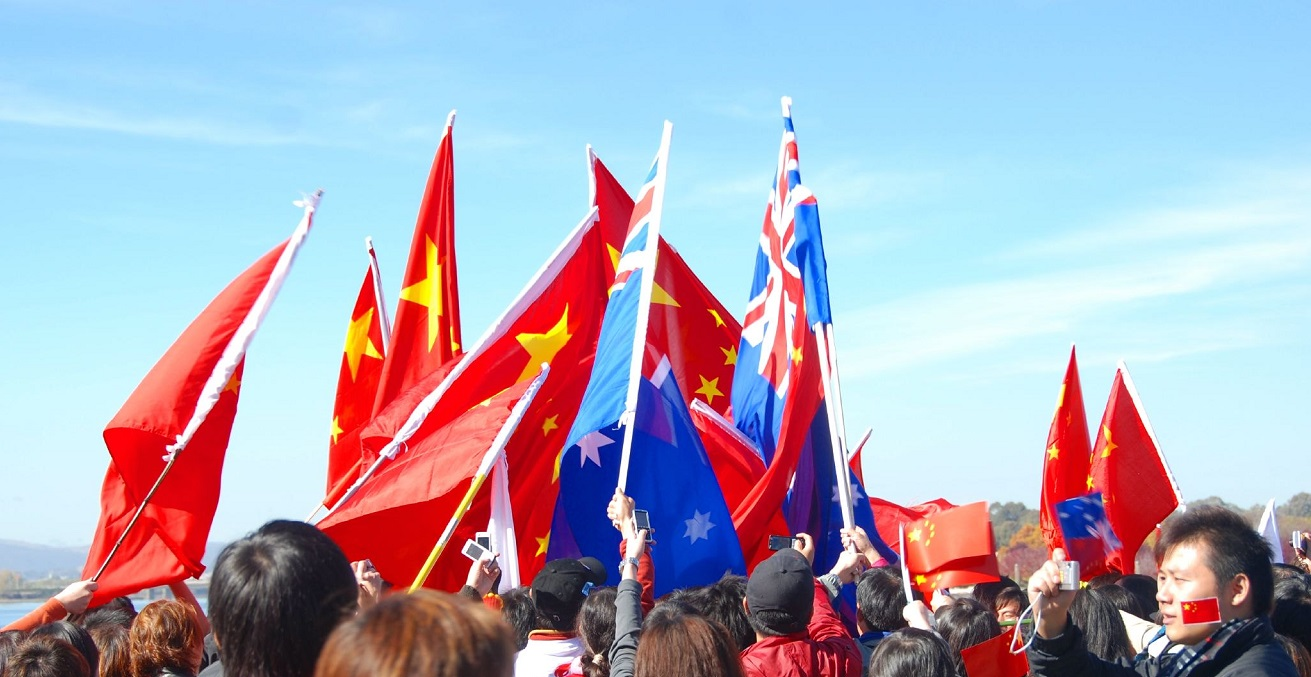 A group holding Chinese and Australian flags. Source: Pierre Pouliquin https://bit.ly/2AZv2nI