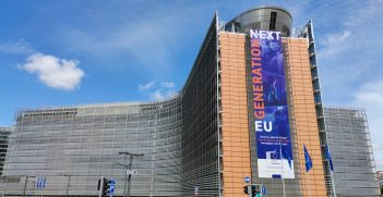 Berlaymont building, home of the European Commission, with a banner announcing the Next Generation EU recovery package. Source: C.Suthorn https://bit.ly/30A9Fnn