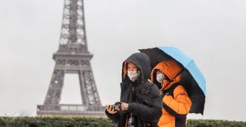 Tourists taking safety precautions in France during the COVID-19 pandemic. Source: Rosivan Morais, https://bit.ly/2QuagkY