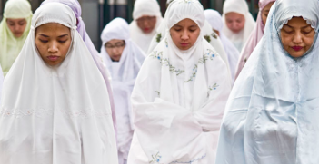 Indonesian Islamic women praying. Photo Source: Tanti Ruwani (Flickr). Creative Commons.