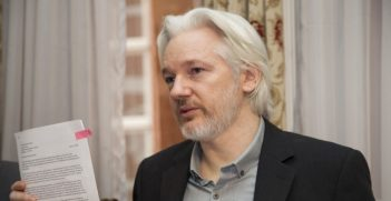 Julian Assange at a press conference with the Ecuadorian Minister for Foreign Affairs in August 2014. Photo source: Ecuadorian Chancellery (Flickr). Creative Commons.