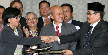 Peace agreement between Manila and the Moro Islamic Liberation Front in 2014. Photo from Council on Foreign Affairs Twitter account.