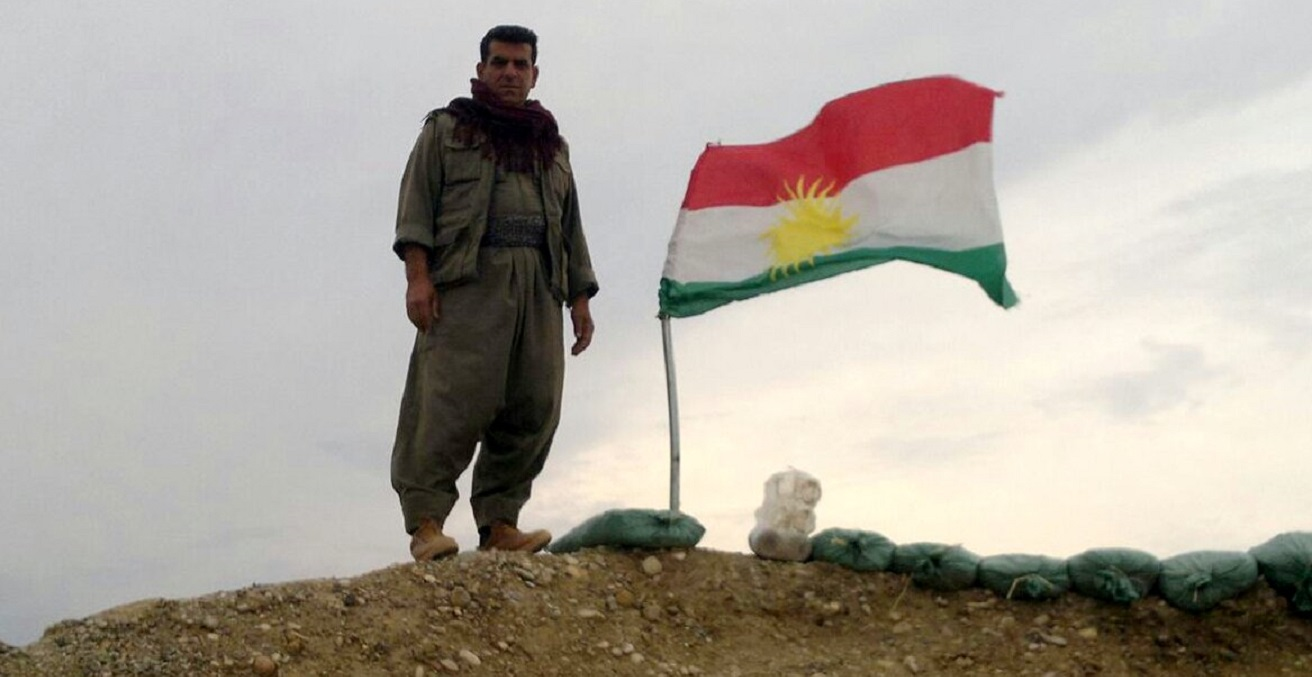 Kurdish fighter withe the Kurdish flag, photo by Kurdishstruggle