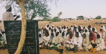 Darfour, camp pour personnes déplacées. Les enfants du camp  ont accès à des cours. Darfur, camp for displaced persons. Children attending classe.