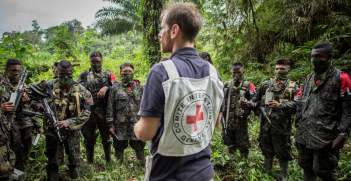 An ICRC employee speaks to members of the ELN armed group in 2014. Source: ICRC.