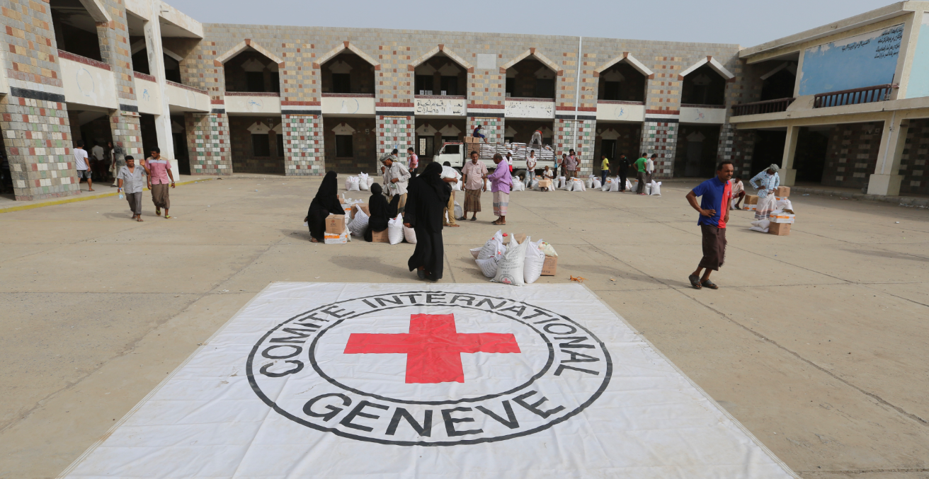 Displaced people receive food parcels from the ICRC in Hodeida. Source: ICRC.