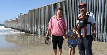 A family of migrants from Central America at the US-Mexico border in Tijuana, Mexico. Photo: Daniel Arauz, Flickr, https://bit.ly/1mhaR6e