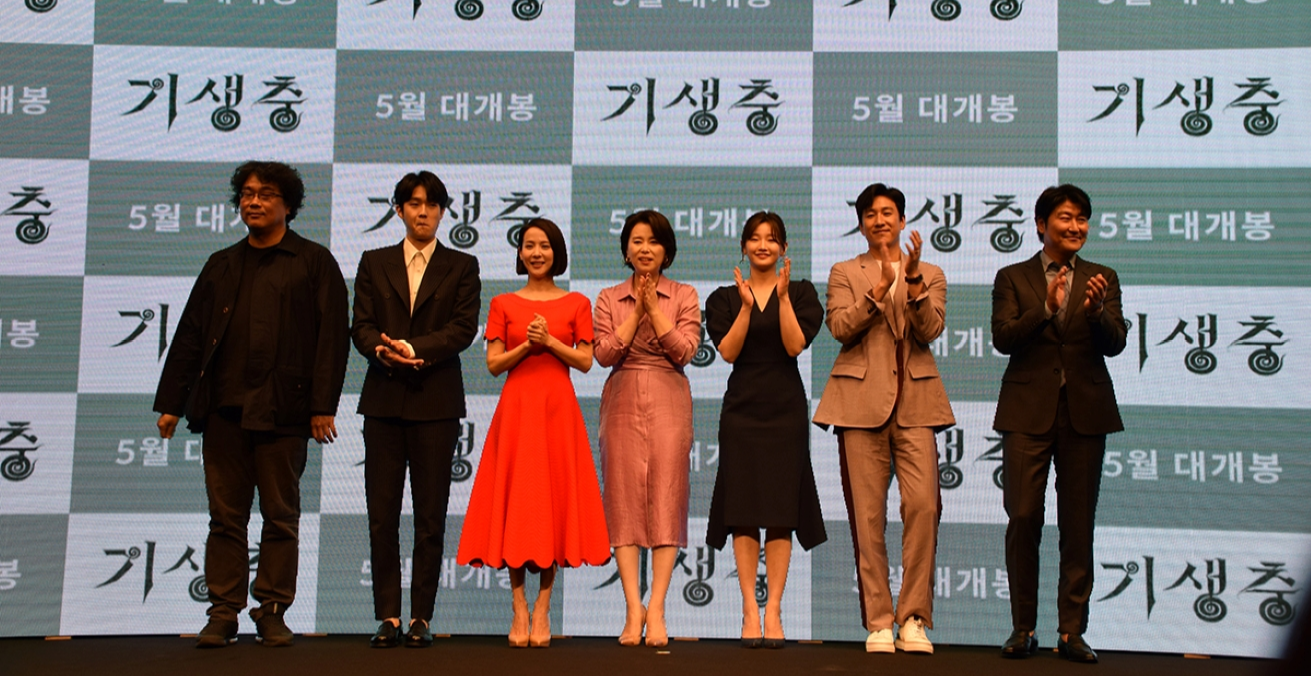 Parasite Director Bong Joon-ho and actors Choi Woo-shik, Cho Yeo-jeong, Jang Hye-jin, Park So-dam, Lee Sun-kyun and Song Kang-ho attend a press conference for the film at a Seoul hotel on April 22, 2019. Source: Kinocine PARKJEAHWAN4wiki https://bit.ly/2T1bg1W