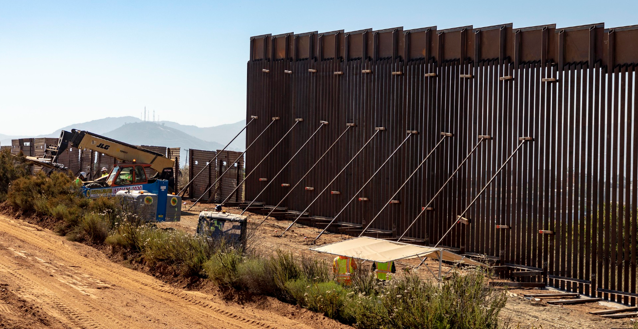 Construction crews continue work on the new border wall on the boundary between the United States and Mexico near the Calexico Port of Entry. Source: Mani Albrecht https://bit.ly/2Udfwfj
