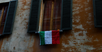 A flag bearing the message 'everything will be alright' hangs from a window to spread positivity as Italians are quarantined to prevent the spread of COVID-19. Source: Pietro Luca Cassarino https://bit.ly/2xq4qus