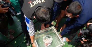 NTSC workers transport the flight data recorder (black box) of Lion Air Flight 610 to the KNKT recorder facility for data recovery. Source: NTSC https://bit.ly/2Vk1hED