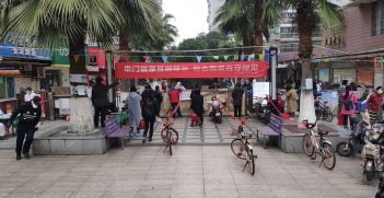 Residents in Wuhan were buying daily necessities and food across the fence gate because their community had been closed. Source: Painjet https://bit.ly/2zbj75w