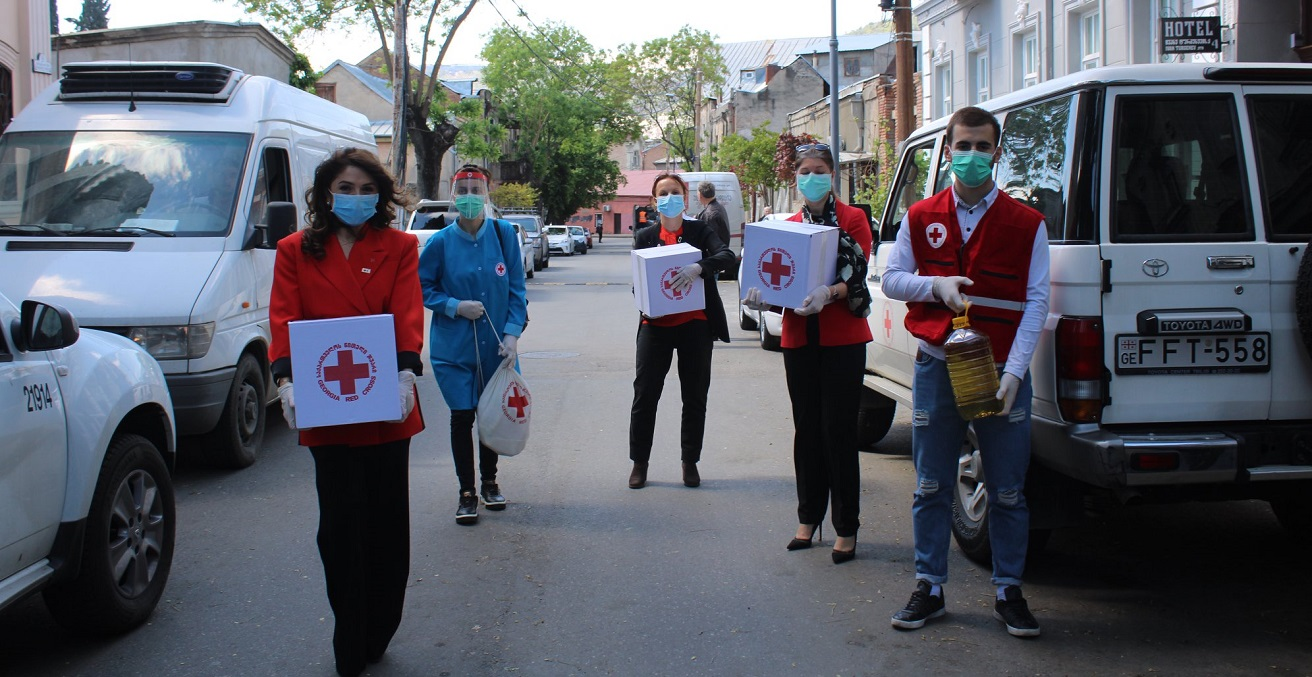 Members of the Georgia Red Cross deliver aid to the elderly.  Photo supplied by the ICRC.