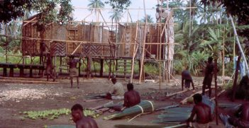Offices and accommodation for police being constructed by local indigenous men under the supervision of Australian kiaps, 1964. Source: https://bit.ly/30JpOH4