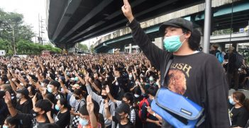 Despite the police's warnings that violations of the emergency decree will result in legal actions, many protesters are occupying Lat Phrao Intersection to call for the government's resignation. Source: Khaosod English https://bit.ly/35nRZg8