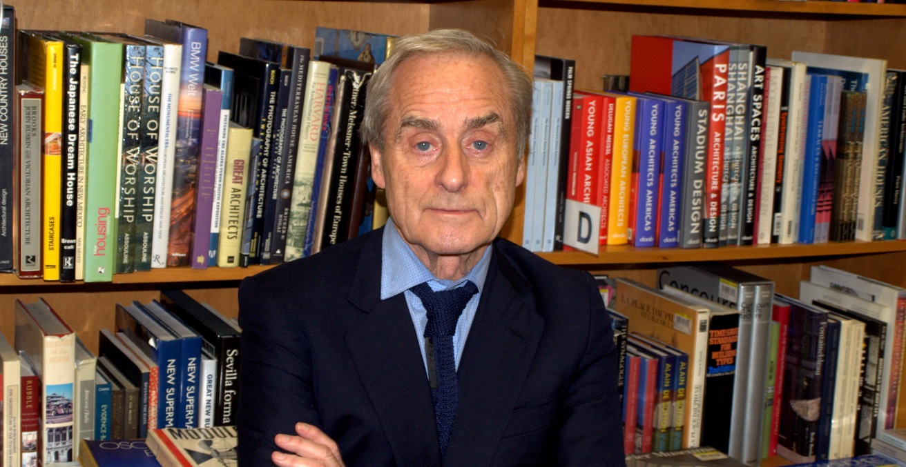 Sir Harold Evans stands in front of a bookcase. Source: David Shankbone https://bit.ly/3nz8j63