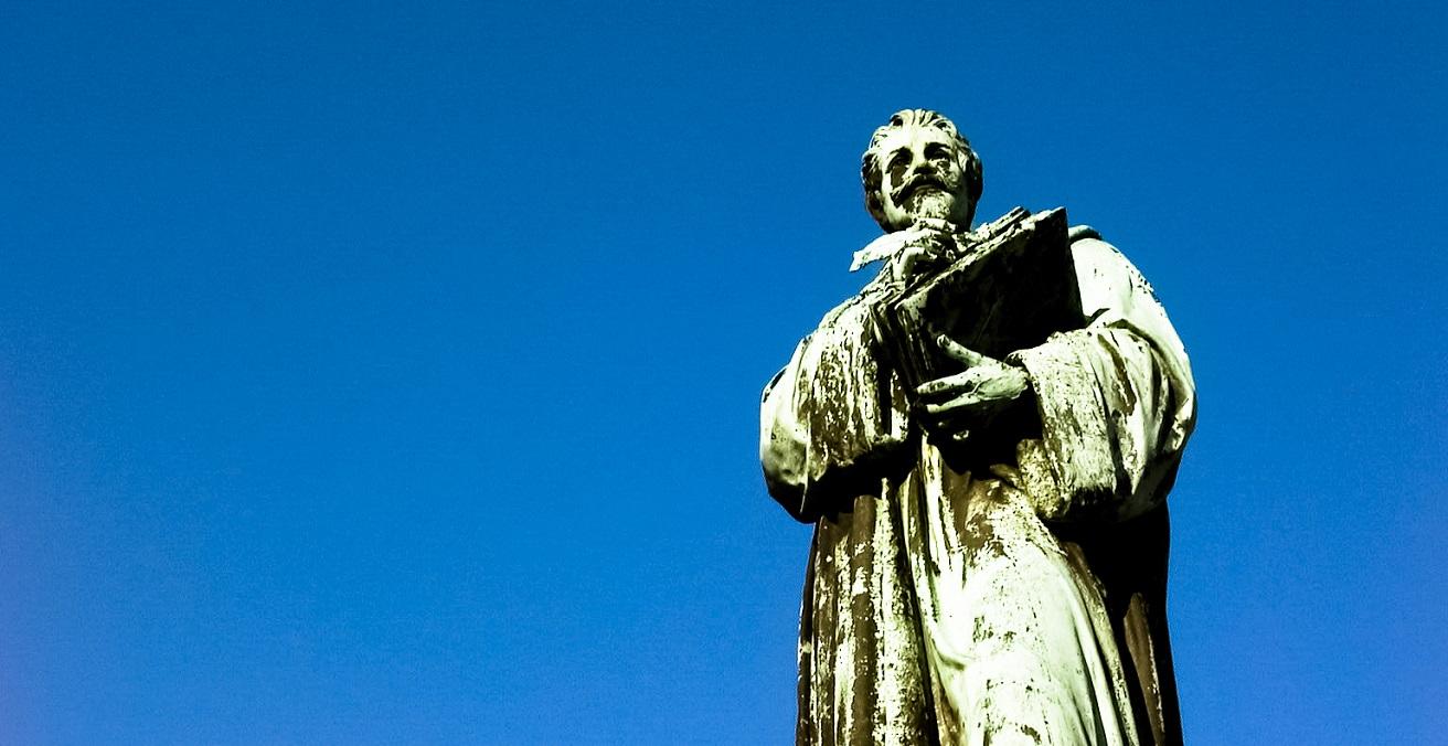 Image taken of a statue of Hugo Grotius. Source: Babak Fakhamzadeh https://bit.ly/3mRt4ca