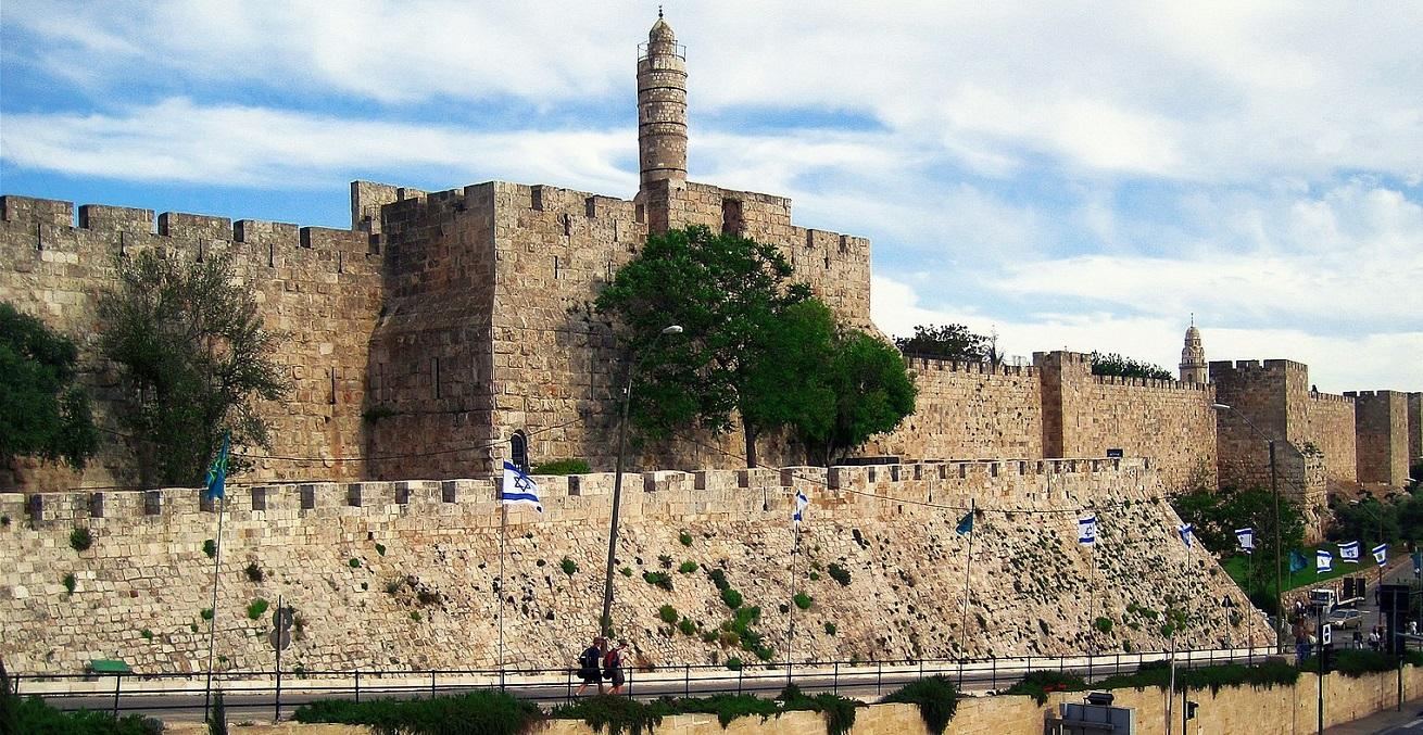 The 16th century walls of Jerusalem, with the Jerusalem Citadel minaret. Source: Oleg Moro https://bit.ly/35yQAnt