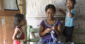 The lives of Indonesian women home workers and their families in Malang, East Java, engaging in informal employment practices without receiving regular or minimum wages, written contracts, social security and other benefits. Source: ILO/ Ferry Latief. https://bit.ly/3z0eWDU