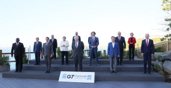 A family photo of G7 leaders and the invited guests at Carbis Bay. Source: 首相官邸ホームページ https://bit.ly/3iRkyea