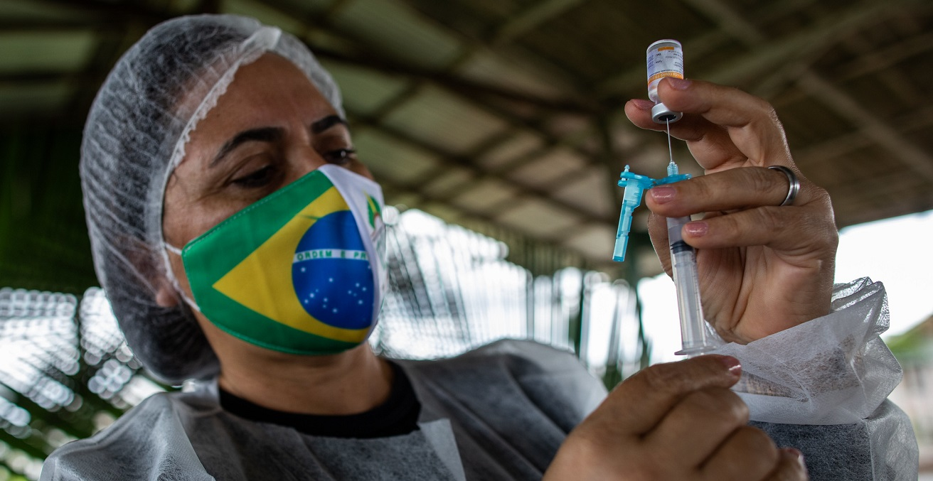 A health professional from the Special Indigenous Health District (DSEI) prepares a dose of the Coronavac vaccine. Source: IMF/ Raphael Alves https://bit.ly/3tvpJUr
